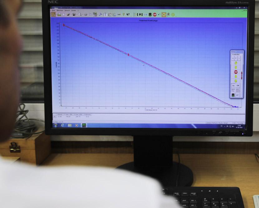 Technische Federn prüfen Analyse am Rechner